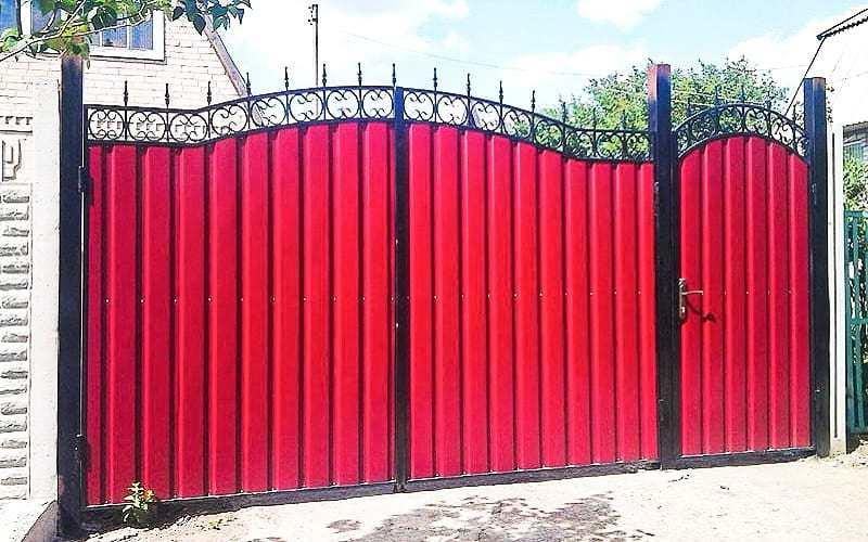 Распашные ворота из профнастила с коваными элементами