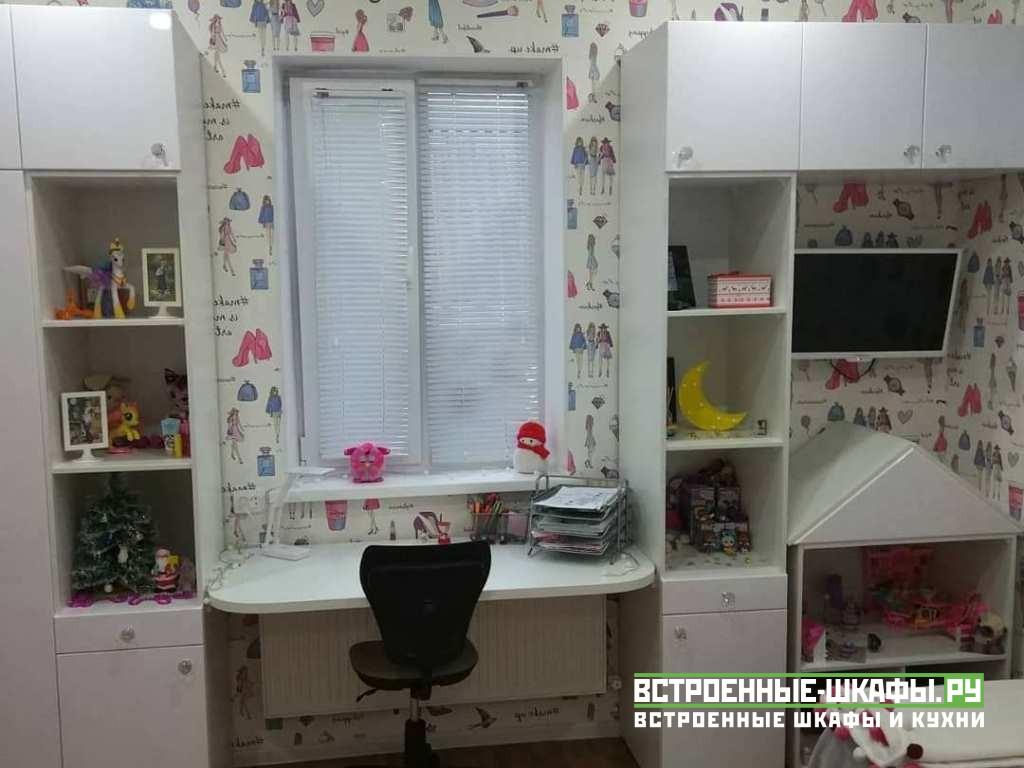 Встроенный шкаф со столом для школьника в детскую комнату