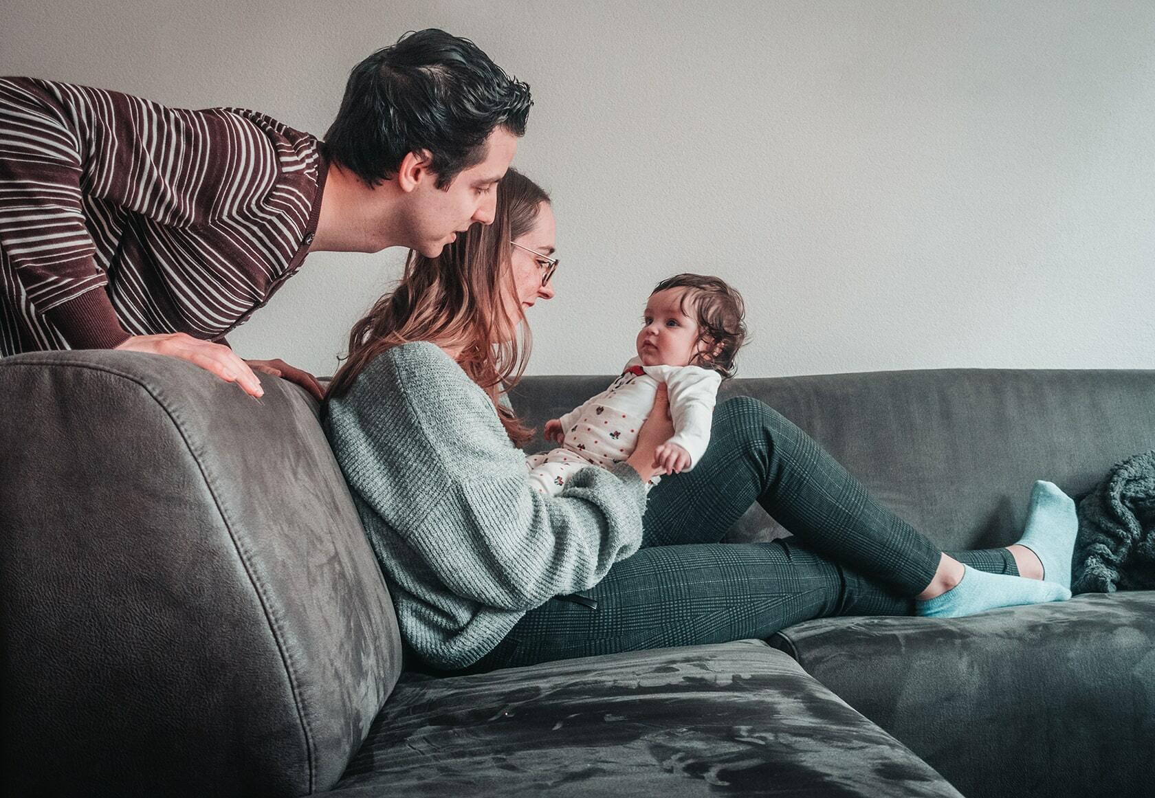 Foto van een gezin in de woonkamer uit fotografie collectie mensen van Simon Wijers