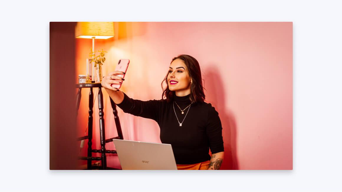 Девушка вебкам-модель работает дома с телефона