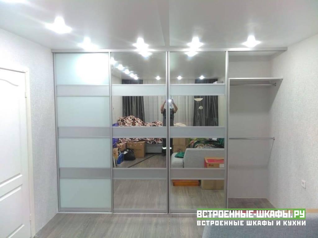 Встроенный шкаф купе с зеркалами и вставками из ламината