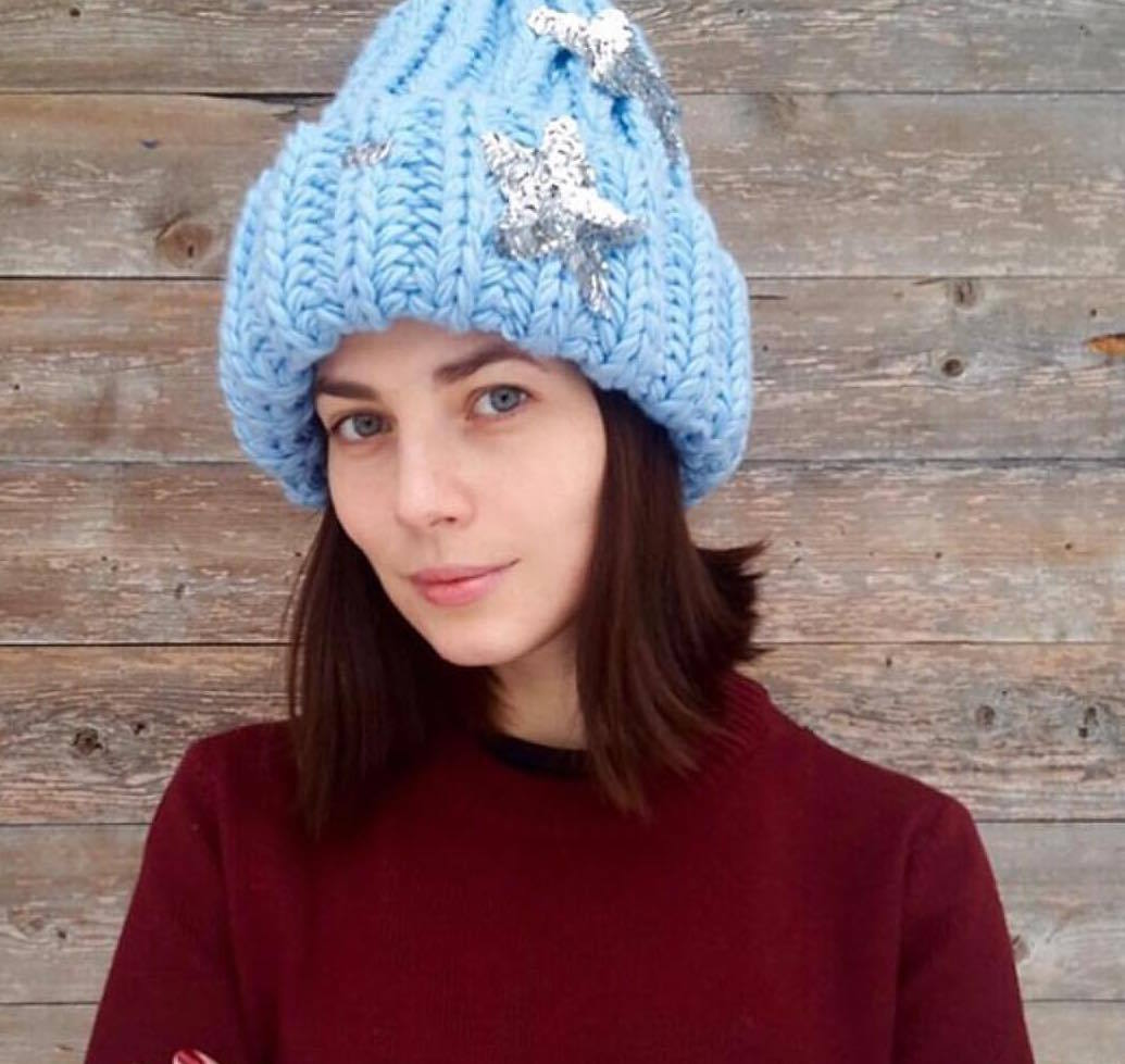 Российская актриса Юлия Снигирь в шапке ручной работы king size со звездами Victoria Queen
