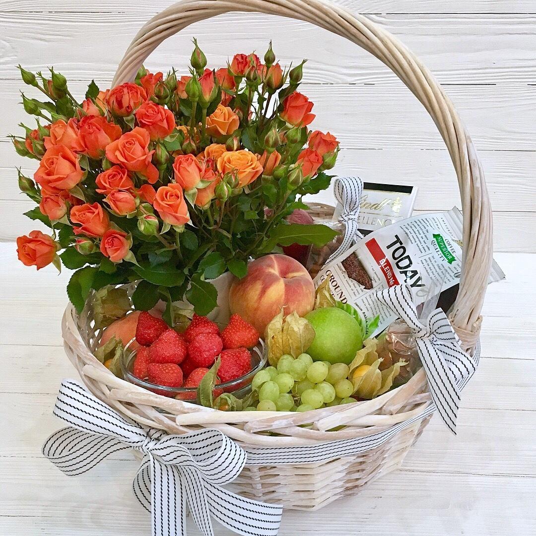 корзина с ягодами и цветами фото сразу ракурсы