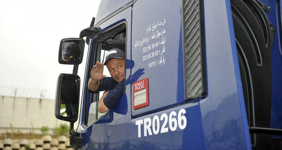 Запрет на использование иностранных прав коснется десятков тысяч водителей, занятых в сфере грузовых перевозок (фото: Renault Trucks)