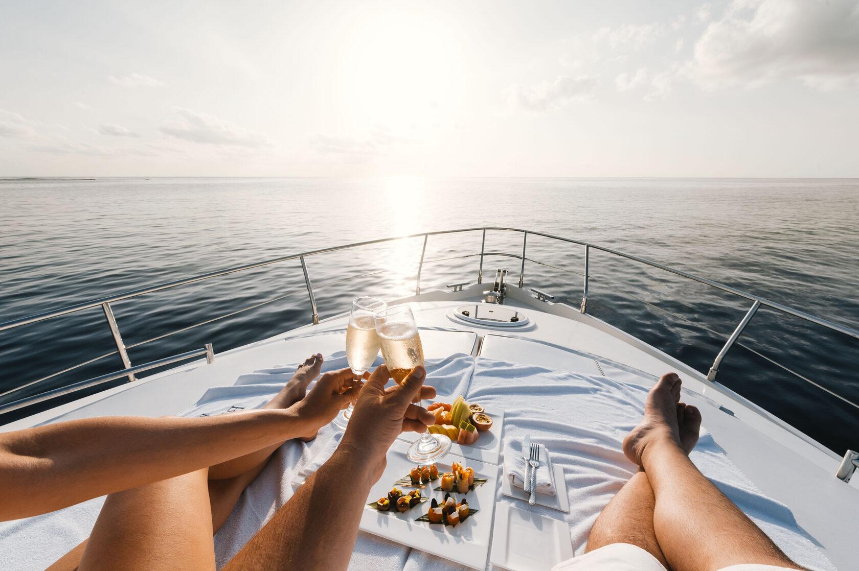 Подарите себе настоящее удовольствие от единения с морем. Насыщенная морская прогулка на роскошной яхте, встреча с дельфинами и купание в открытом море — вот наш рецепт отличного настроения!