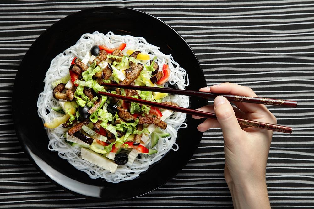 салат из лапши и овощей фунчоза