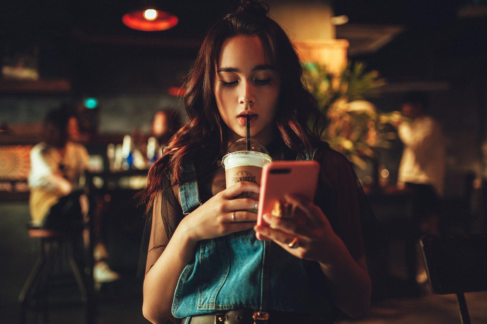 Изображение девушки с кофе