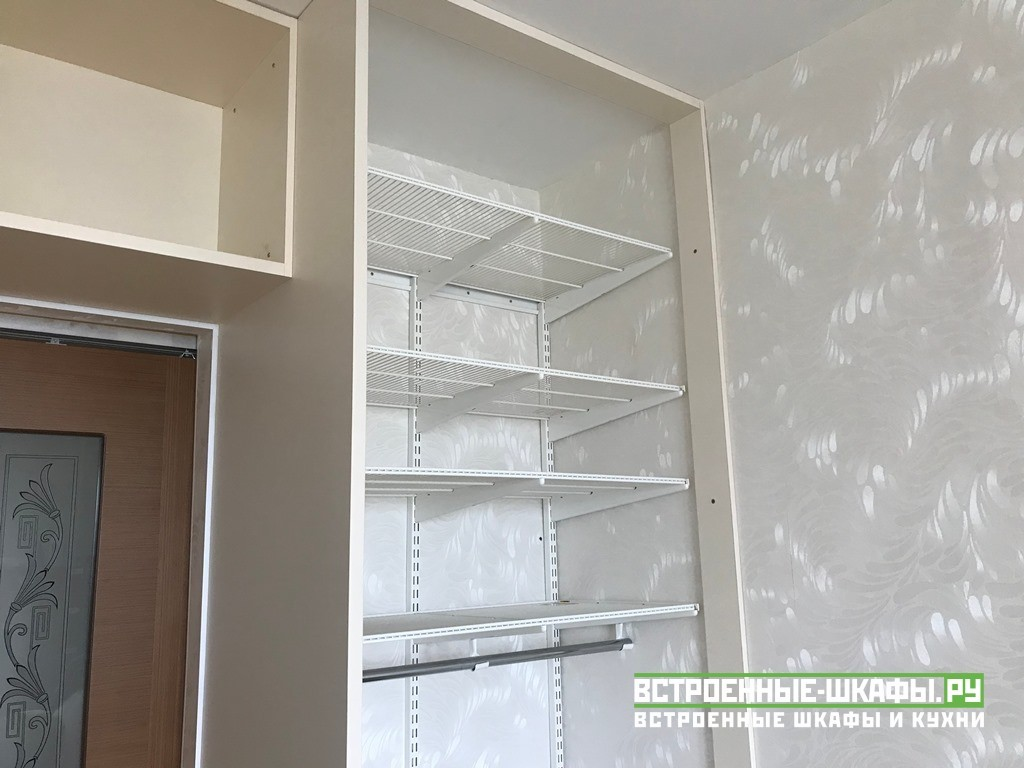 Встроенный П образный распашной шкаф с зеркалами