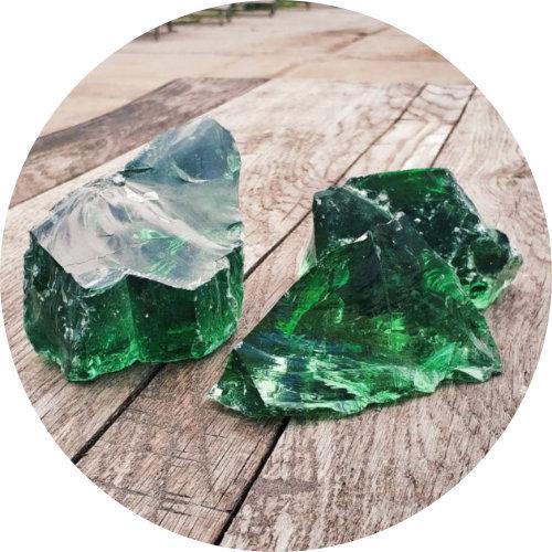Изумрудный эрклез, зеленое кусковое стекло на деревянном столе.