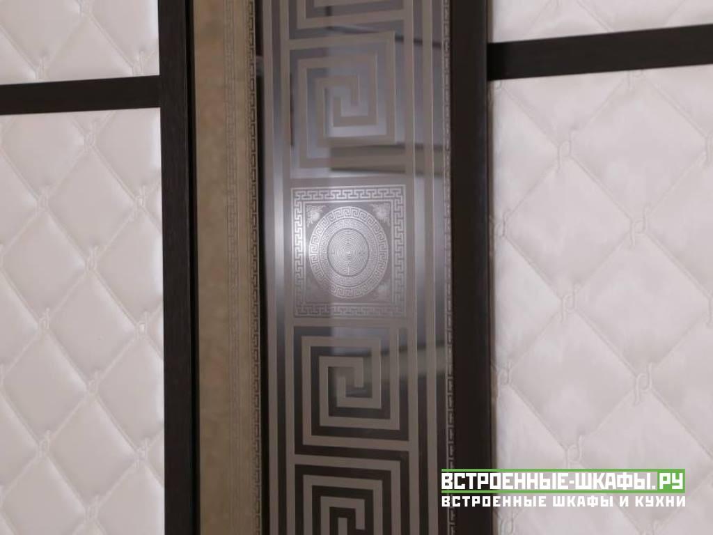 Современный шкаф купе с вставками из искусственной кожи