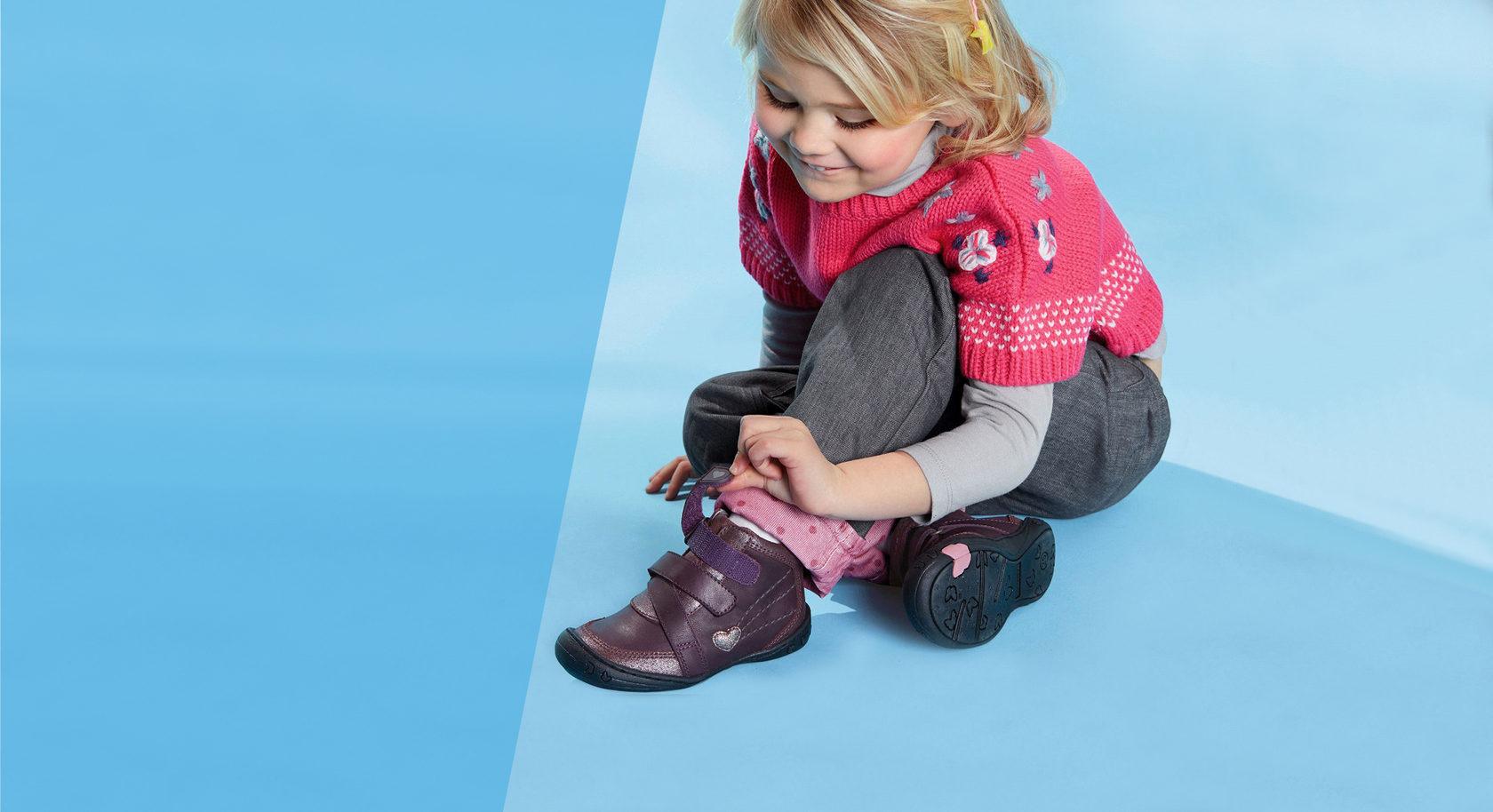 Картинка ребенок и обувь