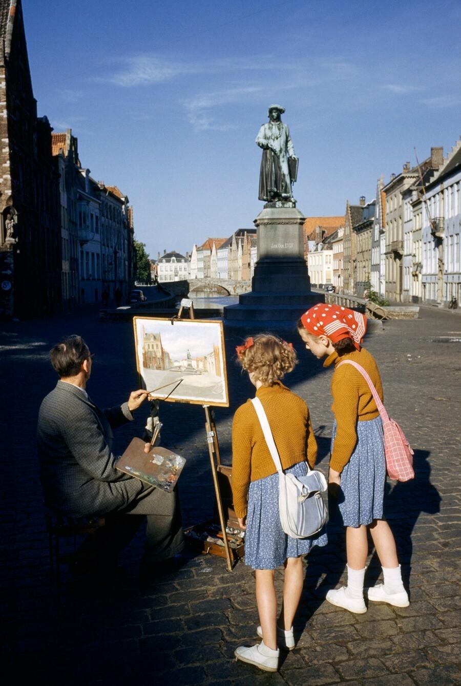 Художник пишет статую фламандского живописца в Брюгге, Бельгия, 1955. Фотограф Луис Марден