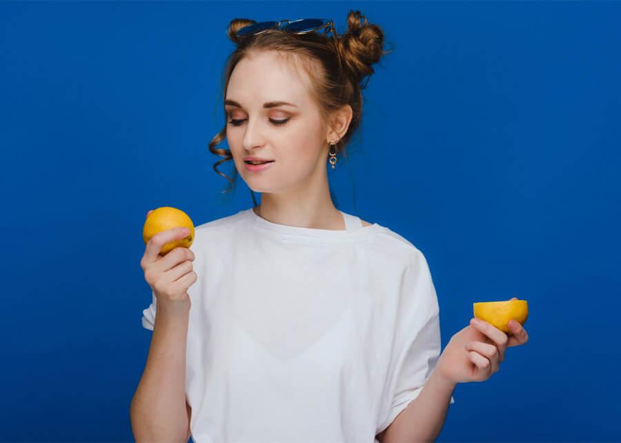 Можете да върнете белия цвят на дрехите с помощта на лимонов сок или лимонтозу.