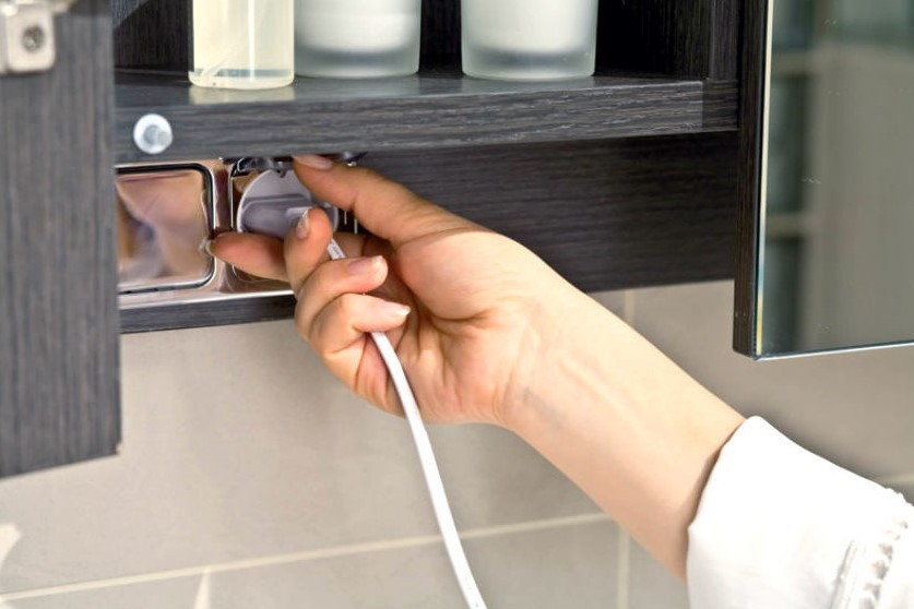 3. Параллельно с укладкой и монтажом труб, полотенцесушителя, начинайте прокладывать электрические коммуникации.