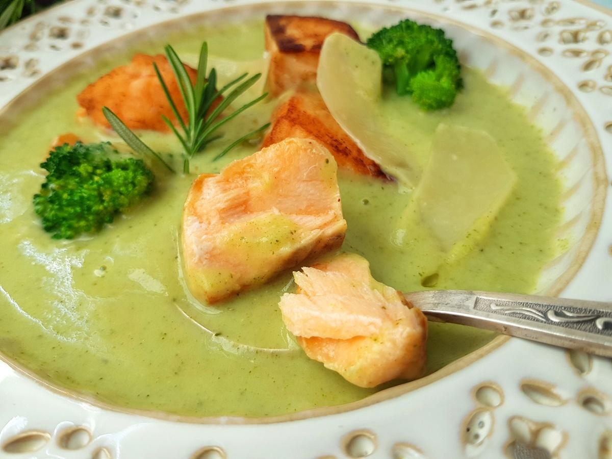 Крем-суп с брокколи, сливками и жареной рыбой. Вкусный Израиль.