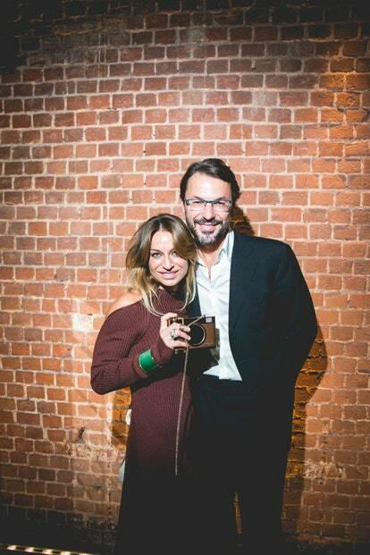 Парень с девушкой с фотоаппаратом в руках на первой ежегодной премии «PRO TRENER. Выбор сделан»