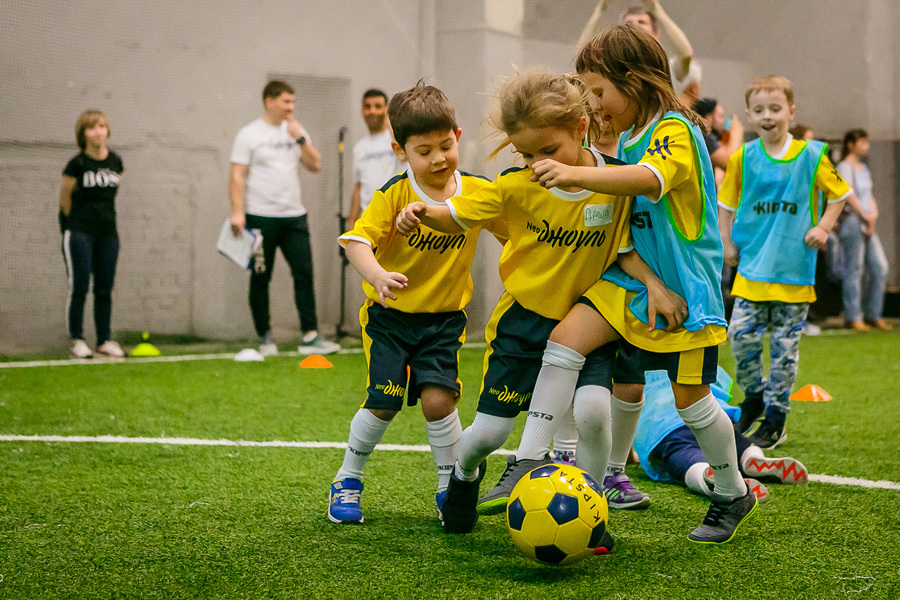 Прокатывание мяча ногой, не отрывая его от внутренней стороны стопы для детей лет.
