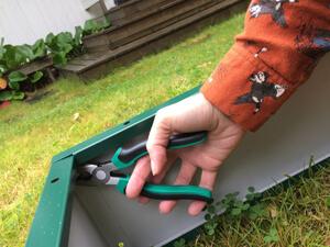 Оцинкованные грядки - Закрепляем с помощью инструментов.