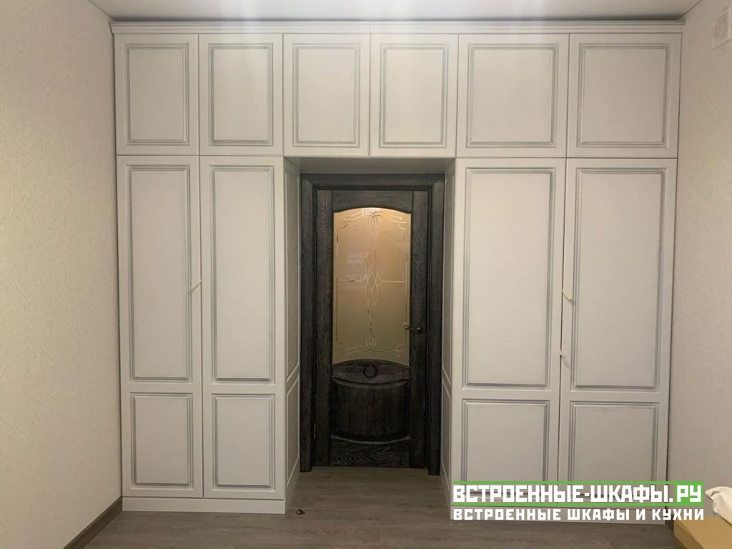 Встроенный шкаф вокруг двери в спальной комнате