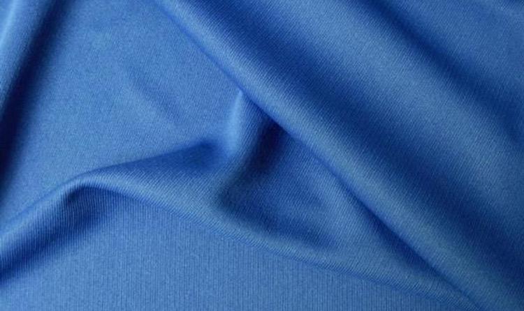 Полиестер е една от най-често използваните синтетични тъкани за дрехи.