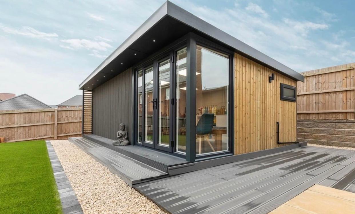 Садовый домик с панорамным остеклением «Deep House 26»