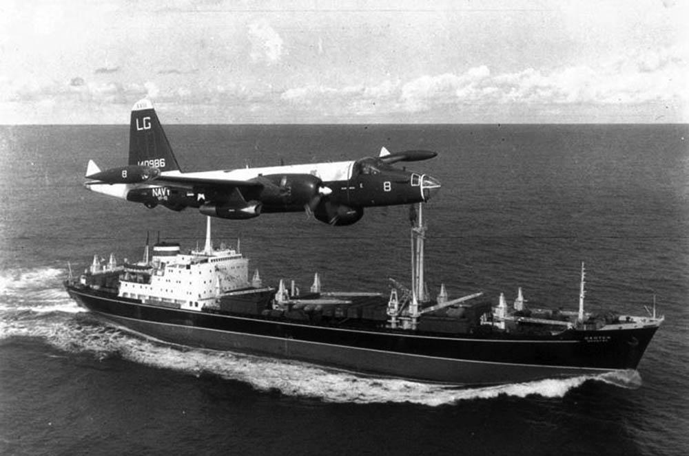 Американский патрульный самолет P2V Neptune сопровождает советское грузовое судно во время Карибского кризиса в1962году