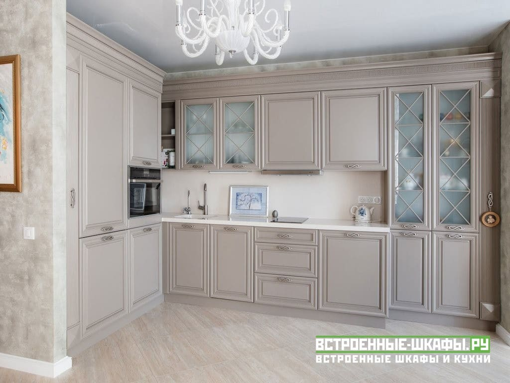 Встроенная угловая кухня на заказ в классическом стиле