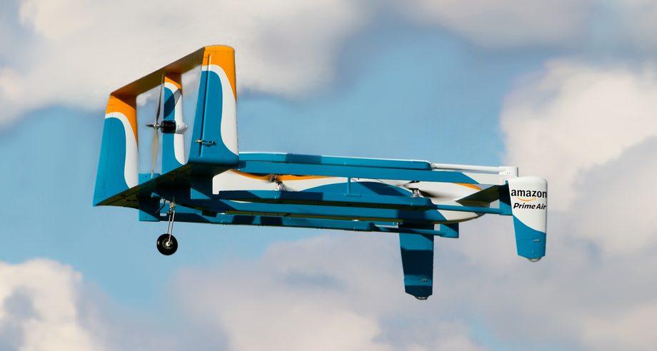 При приближении к месту доставки беспилотники Amazon будут взлетать с крыш грузовиков и сами заканчивать перевозку (фото: Amazon)