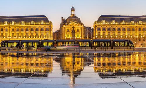 Площадь Биржи отражается в фонтане как в зеркале