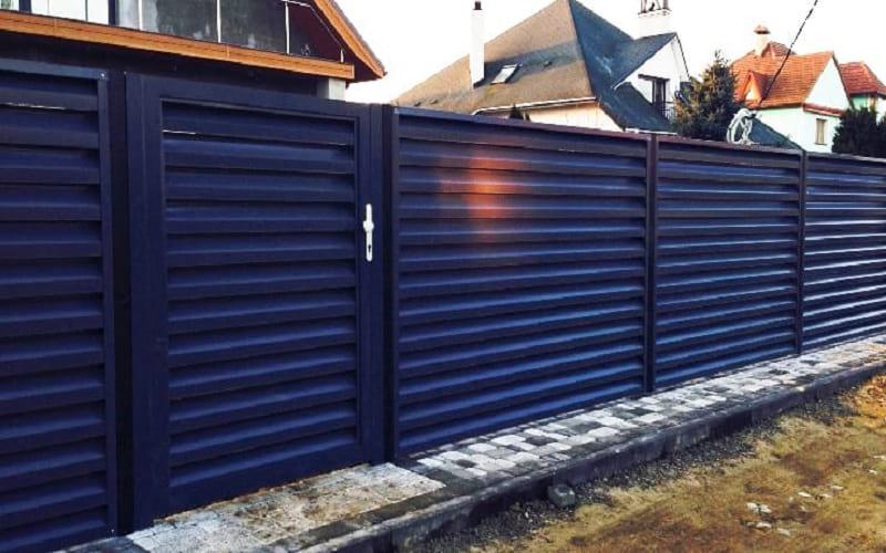 Забор из профнастила с горизонтальным профнастилом