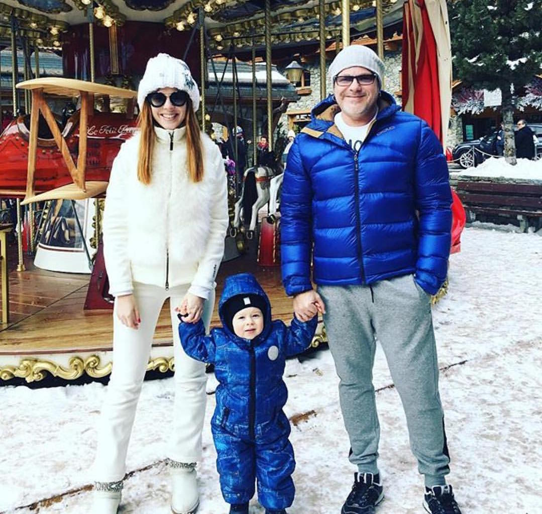 Одна из самых красивых пар российской эстрады Владимир Пресняков и Наталья Подольская c сыном Артемом в шапке Victoria Queen