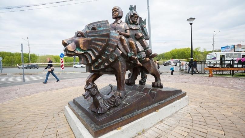 В 2014 году томичи установили в городе памятник персонажам сказки «Волшебник Изумрудного города», а в педагогическом институте открыли музей «Волшебная страна», где хранятся личные вещи писателя.