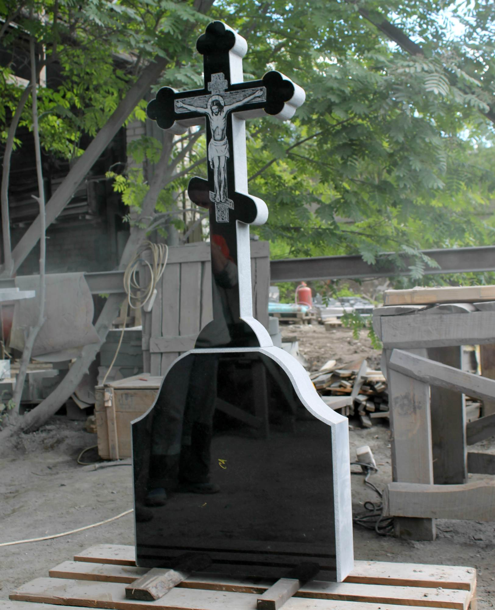Крест с фигурной голгофой и распятием