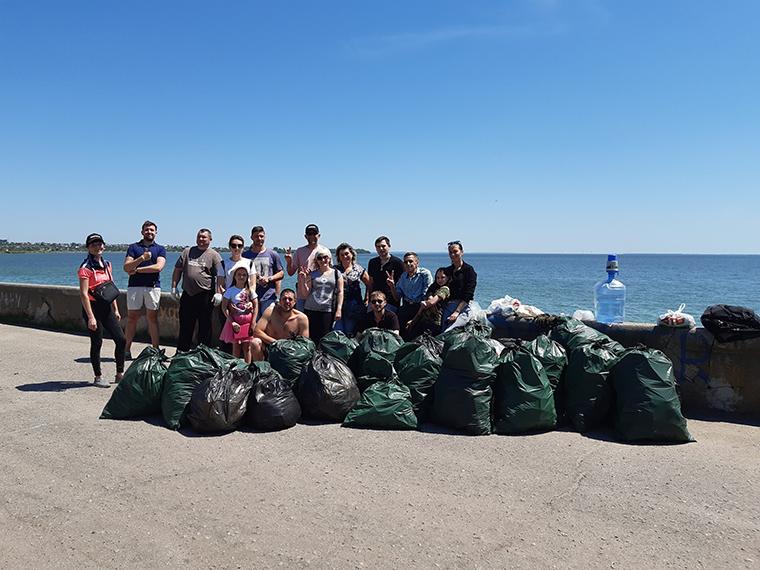 Активисты Партии Шария очистили дамбу в Никополе - фото