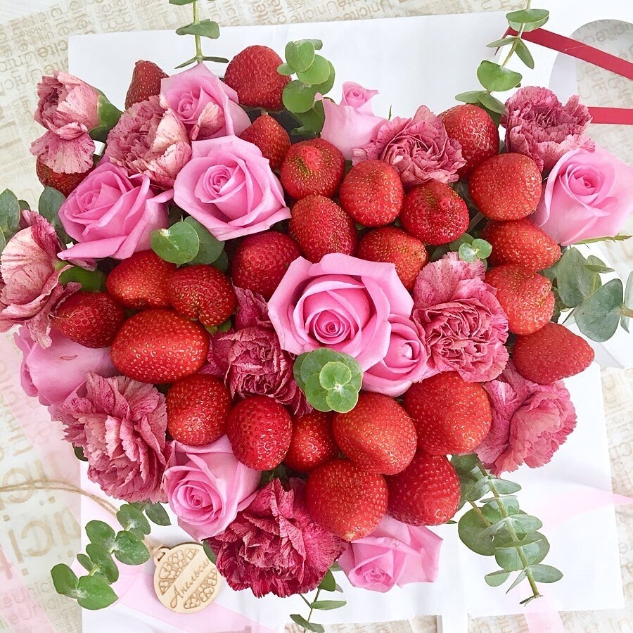 Цветы и клубника - отличный подарок для неё