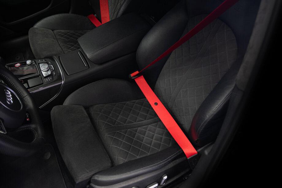 Замена лент ремней безопасности на красные для Audi RS6 от Hell Hound Custom