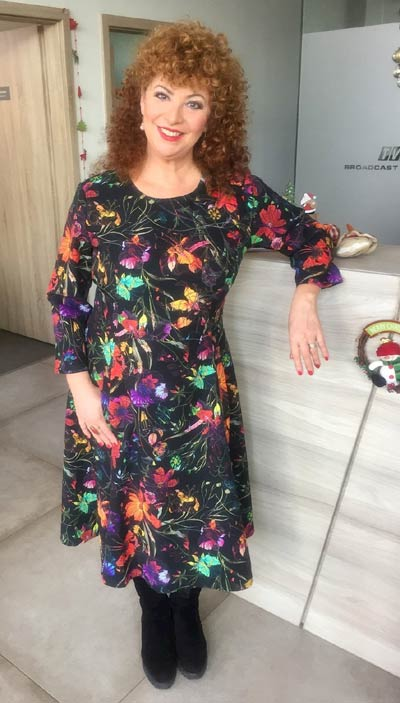 Водещата на Анфас по телевизия TV1 с рокля от Ефреа.