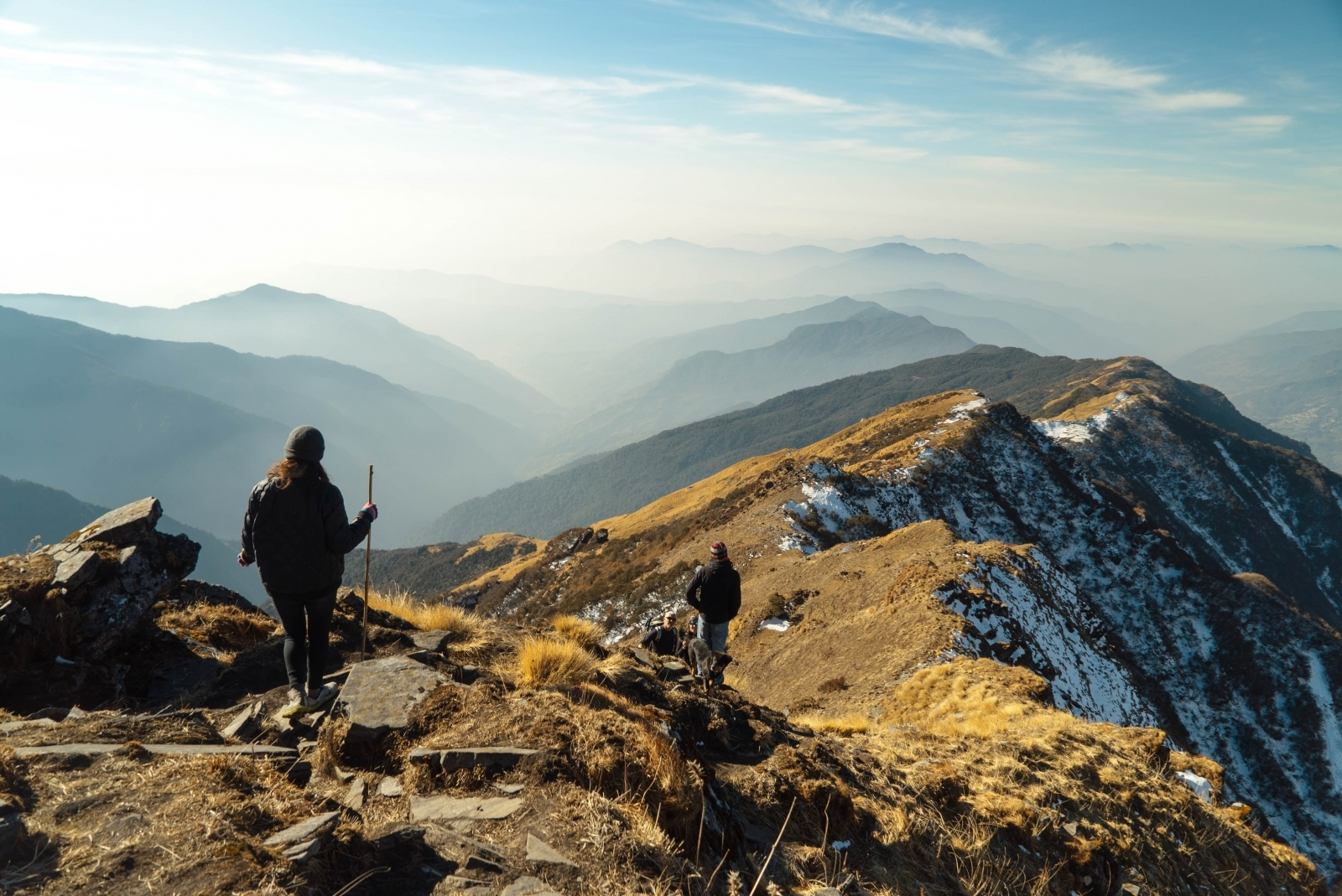 Zwei Menschen wandern auf Gebirgspass