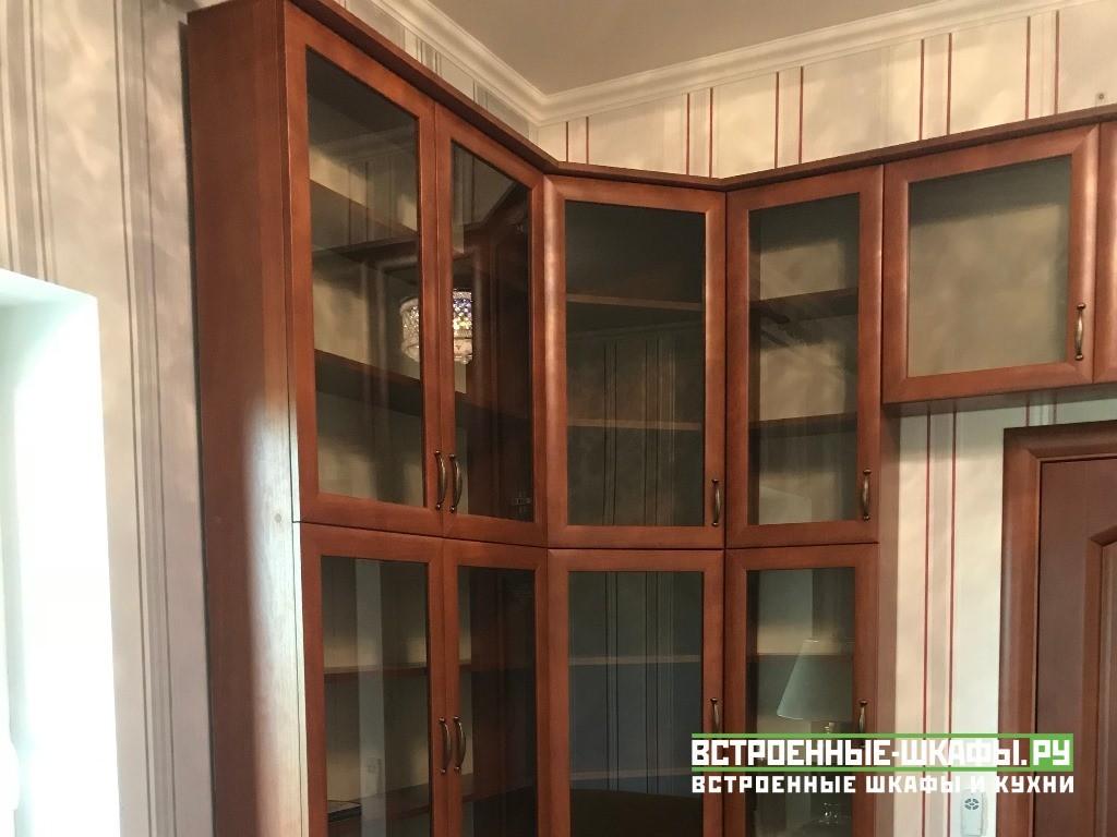 Встроенный П образный книжный шкаф вокруг двери