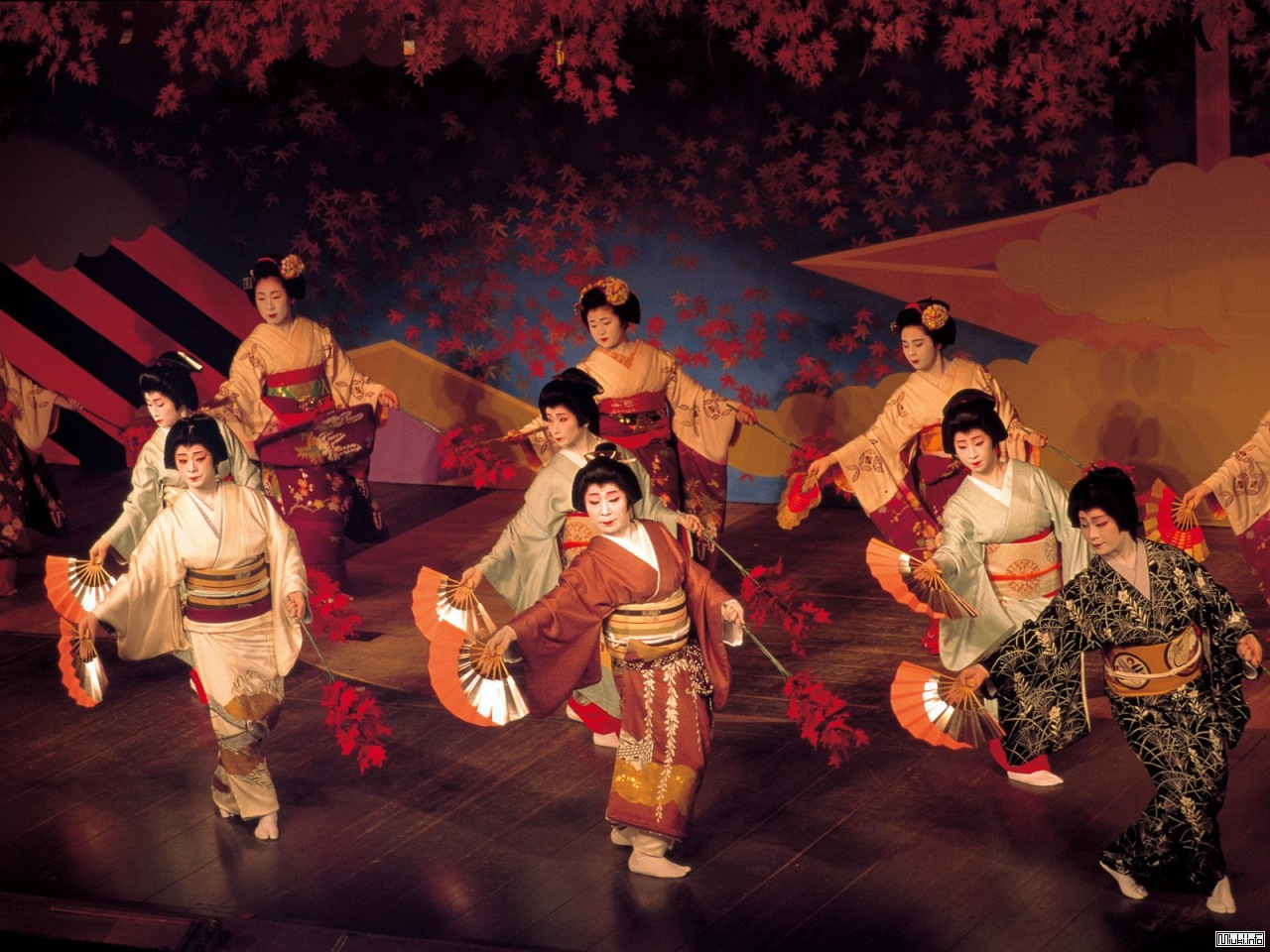 kabuki and ballet Kabuki is an art form rich in showmanship it involves elaborately designed costumes, eye-catching make-up, outlandish wigs, and arguably most importantly, the exaggerated actions performed by the.
