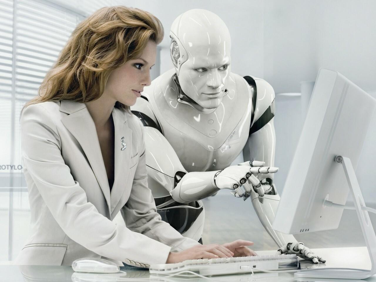 Робот помогает сотруднику