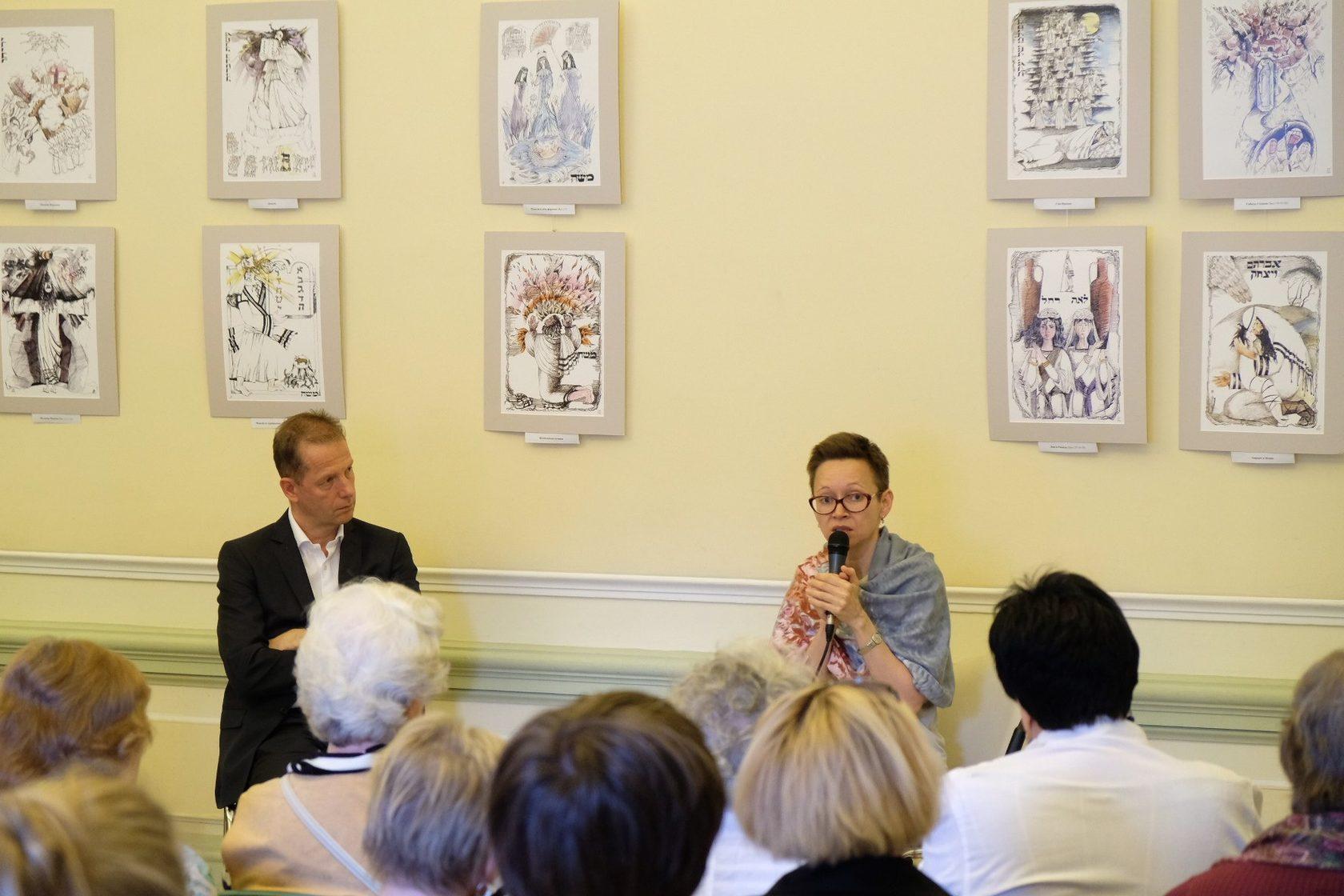 Гузель Яхина, автор романов «Дети мои» и «Зулейха открывает глаза», и Жан-Франсуа Тири, руководитель КЦ «Покровские ворота»