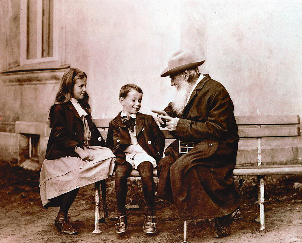 Лев Толстой рассказывает сказку своим внукам.