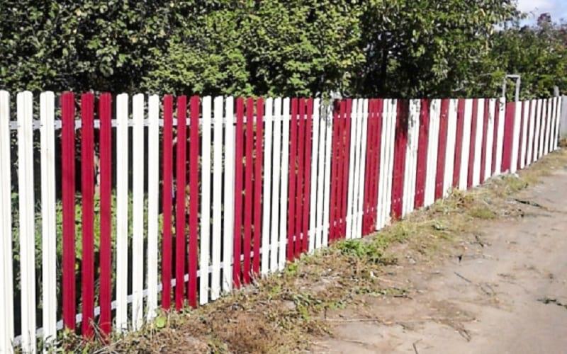 этом сезоне оригинально покрасить забор из штакетника фото обзор