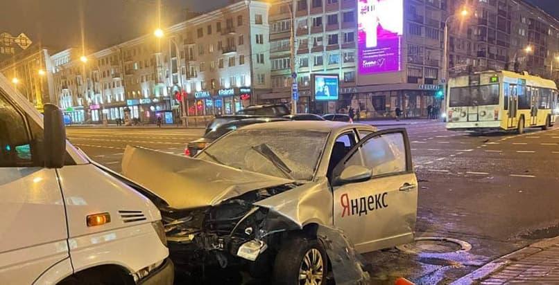 Таксист на Geely не смог проскочить на проспекте — три машины повреждено
