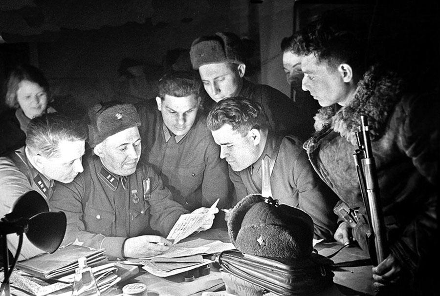 Читают письма. 100-я стрелковая дивизия. Декабрь 1939 г.