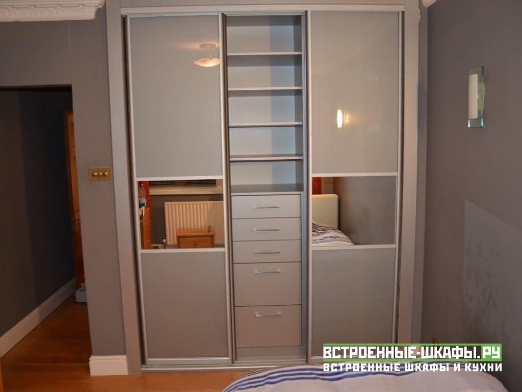 Встроенный шкаф купе в спальне с дверями из пластика и зеркал