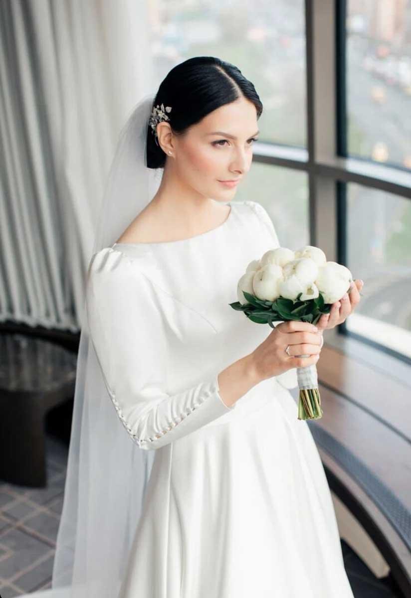 Лаконичный свадебный низкий пучок с фатой для Юлии