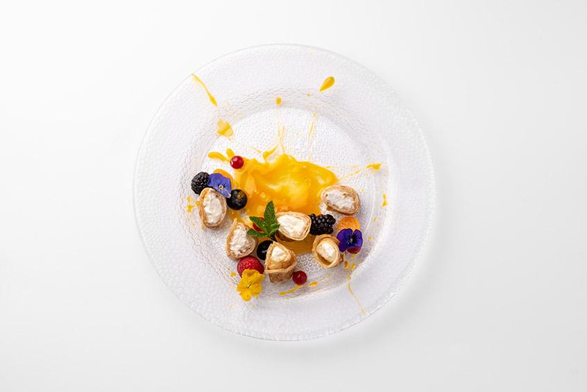 Блинные рулетики с сырным кремом, облепиховым соусом и свежими ягодами
