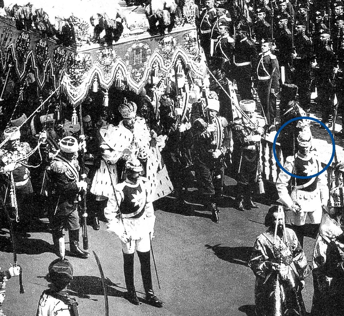 Кавалергард Маннергейм (четвертый справа от государя) в почетном карауле Кавалергардского полка при коронации Николая II. 1896 год.